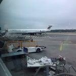 En attendant votre avion, je vous conseil d'aller au bout du hall 3, devant les baies vitrées pour voir les balais d'avions ! :)