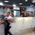 Preços populares no Conexão Café, em alguns produtos como cappuccino e pão de queijo. Pergunte ao garçom. O quiosque fica em frente à livraria.