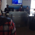 Quem vai passar muitas Hrs no aeroporto é bom estar munido de... Celular e um carregador portátil! Ninguém respeita a estação de tomadas. O melhor é sair e aproveitar a cidade por algumas hrs!!