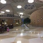 Большой, красивый и пафосный аэропорт с офигенно быстрым фришным wi-fi. Like!