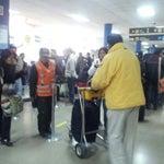 Lleguen temprano en jueves q hay vuelos de la minera san cristobal.... mucha gente... fila inmensa para tasa de aeropuerto