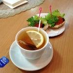 Отличное кафе после прохождения регистрации да и зал ожидания приятный:)  Один из самых достойных аэропортов РФ