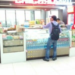 The little stall, called 'Chicago Crust', amidst the terminal serves a decent variety of snacks & coffee.