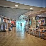 Preciso aeropuerto en dimensiones,es bastante nuevo o está remodelado hace poco,confortable servicios higiénicos y posee hartas tienda souvenir y comida yucateca. Varias líneas charter diarias al D.F