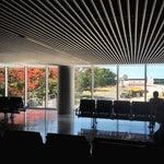 Cómodo y nuevo aeropuerto de la capital yucateca, bien confortable, en el sector de abordaje solo 3 tiendas 1de souvenir, otra snack y otra venta puerco al pibil pa llevar,no recomendado internacional