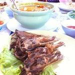 Photo taken at วรา ปลาเผา อาหารไทย-อีสาน by Ice'zy E. on 4/25/2012