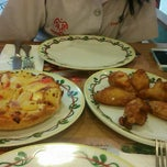 Photo taken at The Pizza Company (เดอะพิซซ่า คอมปะนี) by belle i. on 4/6/2015