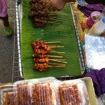 Photo taken at ร้าน. บังหมัด.ไก่ย่าง เนื้อย่าง by Sofia🍒 on 12/5/2012