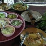 Photo taken at ร้านอาหารชวนชิม by obbobb on 12/25/2012