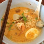 Photo taken at ก๋วยเตี๋ยวโป๊ะแตก by Mookrawee S. on 2/9/2013