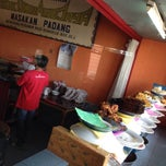 Photo taken at Nasi padang sikumbang by ᴬᴴᴹᴬᴰ ᴷ. on 12/12/2014