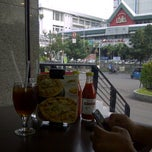 Photo taken at Pizza Hut by dindindince on 10/13/2013