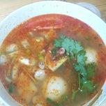 Photo taken at Papa Tom Yam by Diana K. on 9/9/2014