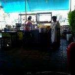 Photo taken at ข้าวมันไก่ไหหลำ ปากน้ำ by Adome on 12/21/2012