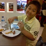 Photo taken at Pizza Hut by Liendha T. on 12/22/2012