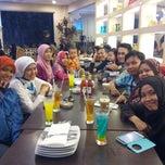 Photo taken at Pizza Hut by Widya Y. on 11/8/2014