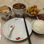 Photo taken at Pao Xiang Bak Kut Teh (宝香绑线肉骨茶) by Alzy T. on 3/18/2015