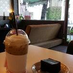 Photo taken at Caffeine Lover (คาเฟอีน เลิฟเวอร์) by Janggy J. on 3/30/2015
