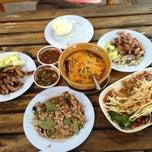 Photo taken at ร้านเจี๊ยบ ส้มตำกระทุ่มแบน by ยุทธนา จ. on 1/3/2013