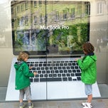 Photo taken at Apple Store by Dennis J. on 8/16/2012