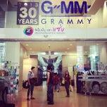 Photo taken at GMM Grammy Place (อาคาร จีเอ็มเอ็ม แกรมมี่ เพลส) by E L L E L O O F .. on 12/15/2012