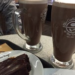 Photo taken at The Coffee Bean & Tea Leaf by Hasan Y. on 4/26/2015