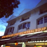 Photo taken at Seng Kee Black Herbal Chicken Soup 成基黑鸡补品 by Heni D. on 2/8/2013