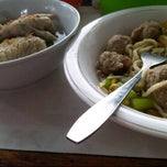 Photo taken at Mie Baso H.Oding (Mie Golosor) by Dhita M. on 8/17/2013
