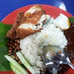 Photo taken at RnR Awan Besar - Nasi Lemak Kukus by Nurul Asyiqin A. on 4/21/2013