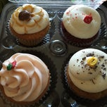 Photo taken at Le Sucre Cakes & Cupcakes by Amanda A. on 12/3/2014