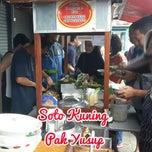 Photo taken at Soto Kuning Pa' M. Yusuf by Erlangga 9. on 1/3/2015