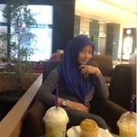Photo taken at The Coffee Bean & The Leaf by yp l. on 12/4/2014