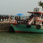 Photo taken at ท่าหน้าบ้าน เกาะล้าน by Raccon T. on 10/14/2012