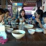Photo taken at ไก่นุ่ม ก๋วยเตี๋ยวไก่ตุ๋นต้มยำ by Ploy P. on 12/21/2012