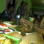 Photo taken at Pondok Lesehan Ikan Bakar Pemuda by Ernawan N. on 5/29/2012