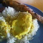Photo taken at Gerai Nasi Kukus Sri Tradisi by Fazly M. on 1/20/2012