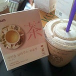 Photo taken at The Coffee Bean & Tea Leaf by Minjeong K. on 8/30/2011
