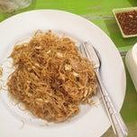 Photo taken at ป้าสำ ข้าวราดแกง/อาหารตามสั่ง by ร่มฤดี ย. on 6/18/2012
