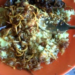 Photo taken at Warung Lontong Haur Kuning by Grman S. on 1/4/2012