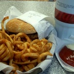 Photo taken at Hardee's by Youie Y. on 11/9/2011