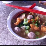 Photo taken at Hun Sai's Fish Head Noodle 鱼头米粉 by Arren T. on 7/18/2012