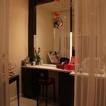 Photo taken at Elizabeth Arden Red Door Spa by Alex on 8/14/2012