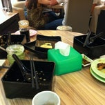 Photo taken at Sakae Sushi by Qi-Guang C. on 5/23/2012