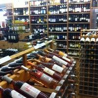 Foto tirada no(a) McCabes Wine & Spirits por Matthew S. em 7/19/2011