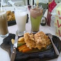 Photo taken at Waroeng Steak & Shake by Dongmauli Angraini T. on 12/8/2013