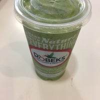 Photo taken at Robeks Fresh Juices & Smoothies by Sophie on 9/17/2016