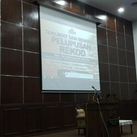 Photo taken at Auditorium Perpustakaan Sultanah Nur Zahirah, UMT by Harain on 4/1/2015