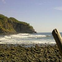 Photo taken at Playa El Zonte by Waldemar R. on 12/2/2012