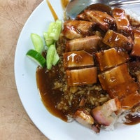 Photo taken at ข้าวหมูแดง สีมรกต by NΛTTHER YOSS™ on 1/4/2013