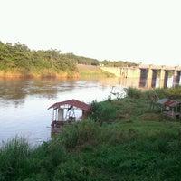 Photo taken at วังปลาหน้าเขื่อน by หน้า ไ. on 9/15/2012